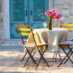 3-loc de luat masa pe terasa din fata casei din piatra de 60 mp