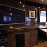 3-loc de luat masa si tv living interior rulota 1 milion USD Brad Pitt