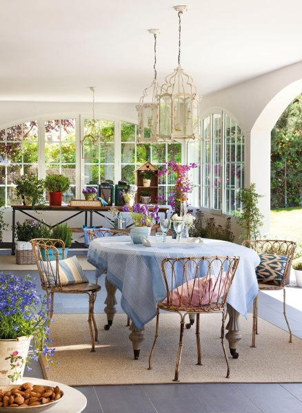3-loc de luat masa veranda decorata cu mobila veche si multe flori
