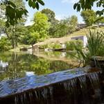 3-mini cascada pe lacul din fata casei de vacanta din Devon Marea Britanie