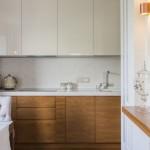 3-mobila bicolora cu furnir lemn in partea de jos si corpuri superioare albe bucatarie moderna