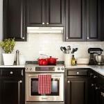3-mobila neagra accente cromatice rosii decor bucatarie amenajata in stil clasic