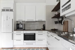 3-mobilier alb si faianta cu aspect mozaicat gri bucatarie moderna apartament 40 mp