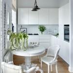 3-mobilier si finisaje albe in bucatarie mica open space cu parchet laminat