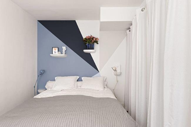3-model amenajare dormitor foarte mic de bloc in alb si nuante de albastru