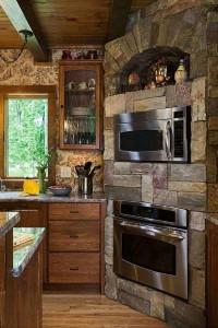 3-model bucatarie rustica cu piatra naturala in finisarea zonei cuptoarelor
