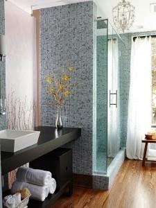 3-mozaic in nuante de albastru solutie decorativa pentru o baie mdoerna mica