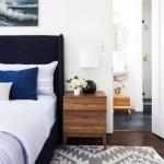 3-noptiera din lemn la aceeasi inaltime cu salteaua patului di dormitor