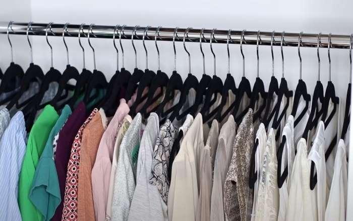 3-organizare-haine-culoare-aceleasi-umerase