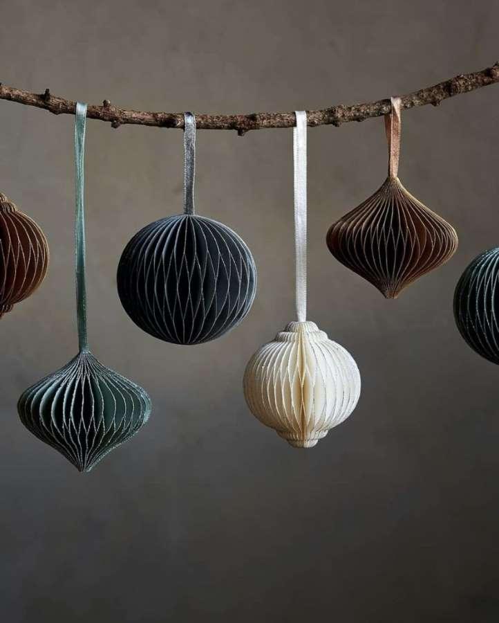 3-ornamente-Craciun-2020-globuri-delicate-crenguta-lemn