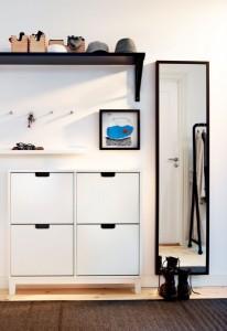 3-pantofar alb simplu si ingust in amenajarea holului de intrare in casa