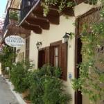 3-pensiune cu obloane si balcoane din lemn Nafplio Grecia