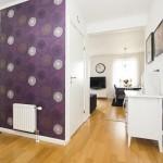 3-perete finisat cu tapet decorativ floral hol intrare apartament 3 camere