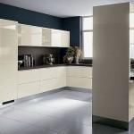 3-pereti-zugraviti-in-negru-in-decorul-unei-bucatarii-cu-mobila-crem