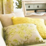 3-pernute decorative in nuante de crem galben si vernil decor living de vara