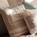 3-pernute-decorative-moi-pe-patul-din-dormitor