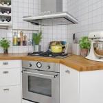 3-plita si cuptor integrate in mobilierul pe colt al unei bucatarii in stil scandinav