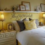 3-polita alba lunga montata pe peretele de la capul patului din dormitor