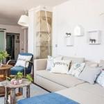 3-polite mici decor perete deasupra canapelei din living apartament 2 camere