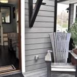 3-prispa din lemn din fata casei mici de 37 mp impartiti pe 3 niveluri