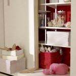3-rafturi pentru cartile si jucariile copiilor in biblioteca din living
