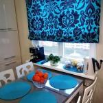 3-rulouri textile turcoaz cu imprimeu negru decor fereastra bucatarie moderna