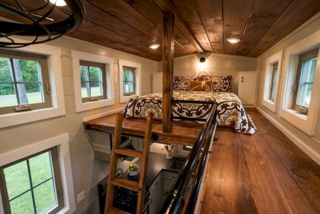 3-scara simpla din lemn pentru acces dormitor amenajat in mansarda unei case mici