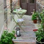 3-set masa si scaune metalice in amenajarea unui mic balcon in stil scandinav