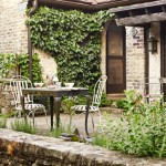 3-set masa si scaune vintage de exterior loc de luat masa curte casa stil tudor renovata