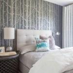 3-tapet decorativ gri cu imprimeu vegetal in amenajarea unui dormitor modern