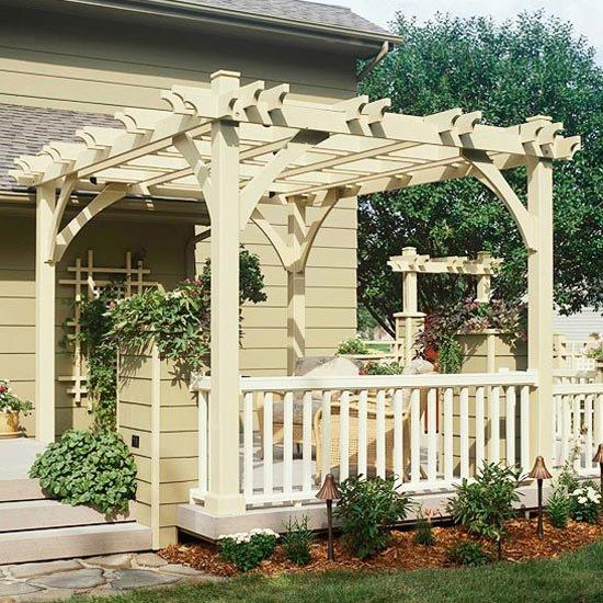 3-terasa acoperita cu pergola din lemn si decorata cu flori dupa renovare