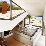 3-vedere de pe scara interioara spre living si spre plaja din fata casei