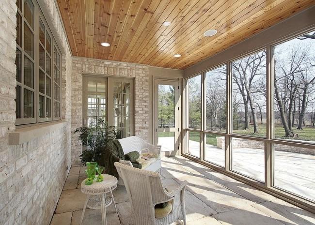 3-veranda casa cu pereti din sticla si pardoseaala din piatra