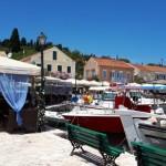 33-ambarcatiuni si taverne in portul Fiskardo Kefalonia