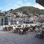 35-cafenele in asteptarea turistilor port insula Hyra Grecia