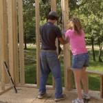 4-Cara si Drew-fiul cel mare in timpul constructiei structurii din lemn a casei
