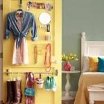 4-accesorii organizate si depozitate pe interiorul usii unui dulap