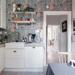 4-amenajare bucatarie clasica mobilier alb si tapet cu imprimeu floral