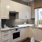 4-amenajare bucatarie mica cu mobila alb pe colt si mozaic gri