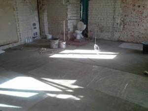 4-apartamentul complet decopertat inainte de renovarea propriu-zisa
