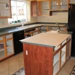 4-aplicarea foliei HPL pe lateralele dulapurilor vechi ale mobilei de bucatarie