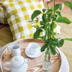 4-aranjament-decorativ-cu-tava-din-lemn-pe-masuta-de-cafea-din-living