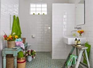 4-baie alba si luminoasa decorata cu accente colorate de culoare verde si galbena