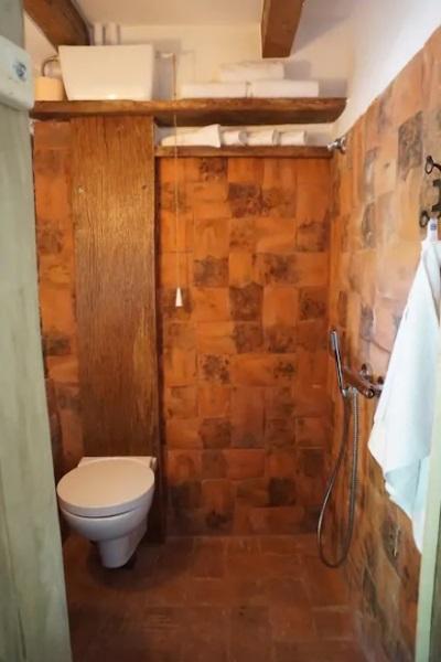 baie moderna cu finisaje si accesorii rustice