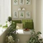 4-balcon mic amenajat in alb cu accente verzi cu canapea mica si tablouri