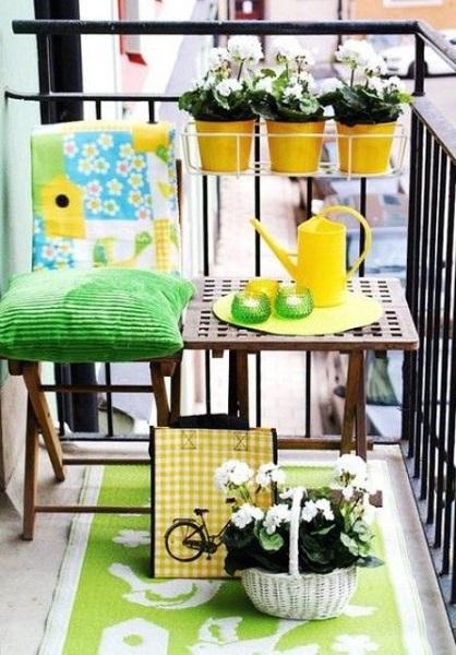 4-balcon mic si colorat decorat in galben si vernil