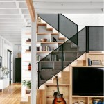 4-biblioteca proiectata sub scara interioara din lemn