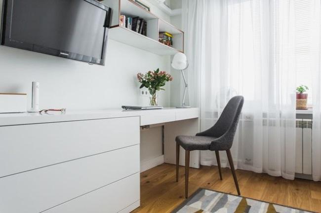 4-birou si comoda cu sertare sub televizorul montat pe pereele din living