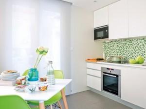 4-bucatarie moderna cu mobila alba si accente colorate vernil