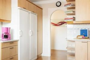 4-bucatarie moderna luminoasa cu mobilier din furnir de lemn